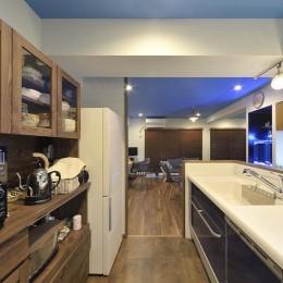 青と木目との調和~水中アクアリウム~ (キッチン周りはシンプルに。)