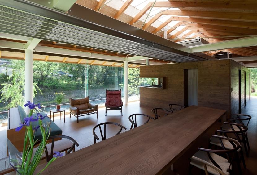 都幾川縁りのハイブリッド・ハウス/Onさんの家の写真 全面ガラスのリビング・ダイニング