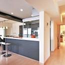 センターキッチンの住まいの写真 明るく開放的なキッチン
