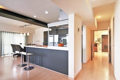 明るく開放的なキッチン (センターキッチンの住まい)