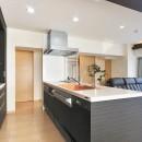 センターキッチンの住まいの写真 明るくて開放的なキッチン