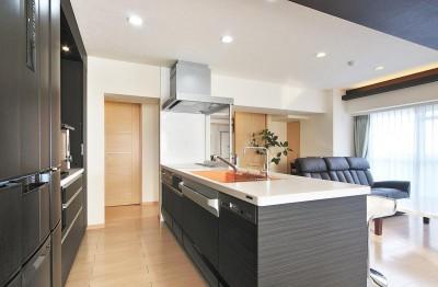 センターキッチンの住まい (明るくて開放的なキッチン)