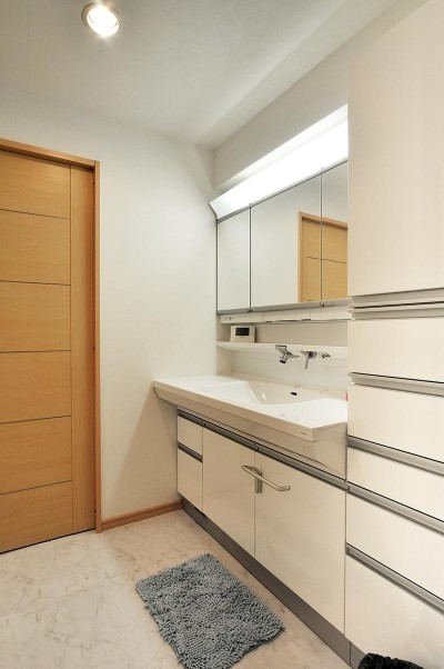 広くて使いやすい洗面室 (センターキッチンの住まい)
