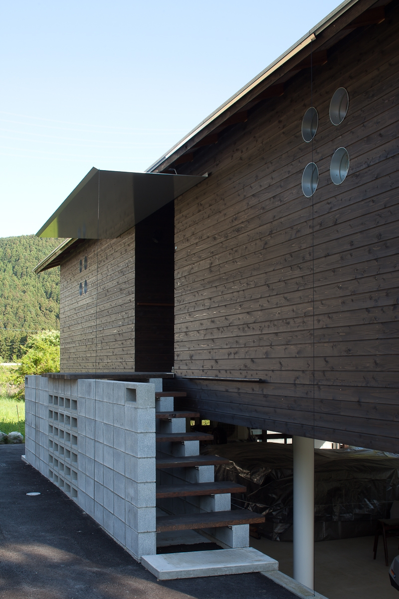 都幾川縁りのハイブリッド・ハウス/Onさんの家の部屋 板張り外壁と玄関