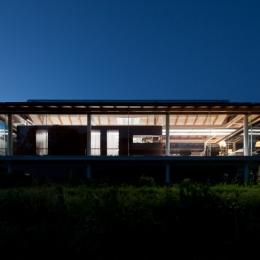 都幾川縁りのハイブリッド・ハウス/Onさんの家 (外観、夜景)
