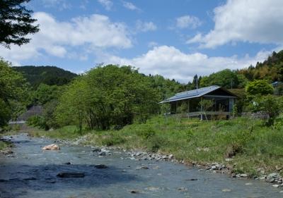 都幾川縁りのハイブリッド・ハウス/Onさんの家 (川沿いの外観)