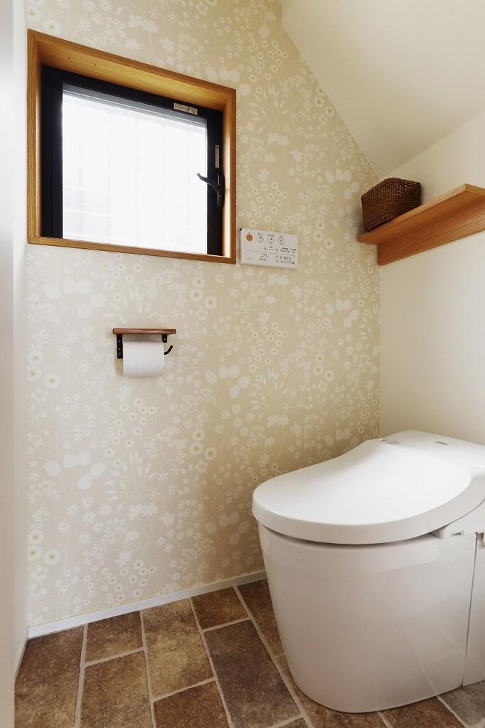 バス/トイレ事例:トイレ(子どもを囲む、和やかな時間)
