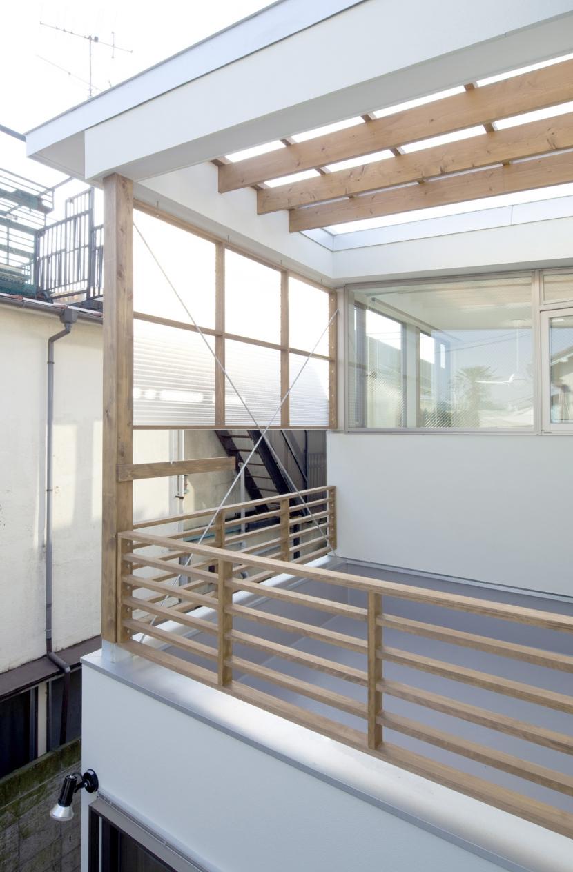 善福寺の2世帯住宅/Yoさんの家の部屋 視線制御のスクリーンを持つバルコニー(物干し場)