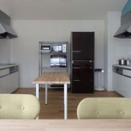 共用キッチン (Kururi|倉庫・工場をコンバージョンしたゲストハウス・シェアハウス【奈良市】)