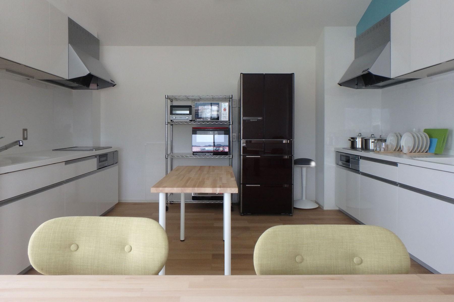 キッチン事例:共用キッチン(Kururi|倉庫・工場をコンバージョンしたゲストハウス・シェアハウス【奈良市】)