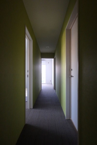 3階廊下 (Kururi|倉庫・工場をコンバージョンしたゲストハウス・シェアハウス【奈良市】)