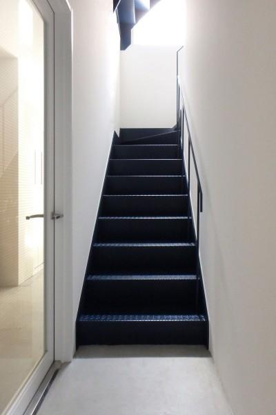 1階階段 (Kururi|倉庫・工場をコンバージョンしたゲストハウス・シェアハウス【奈良市】)