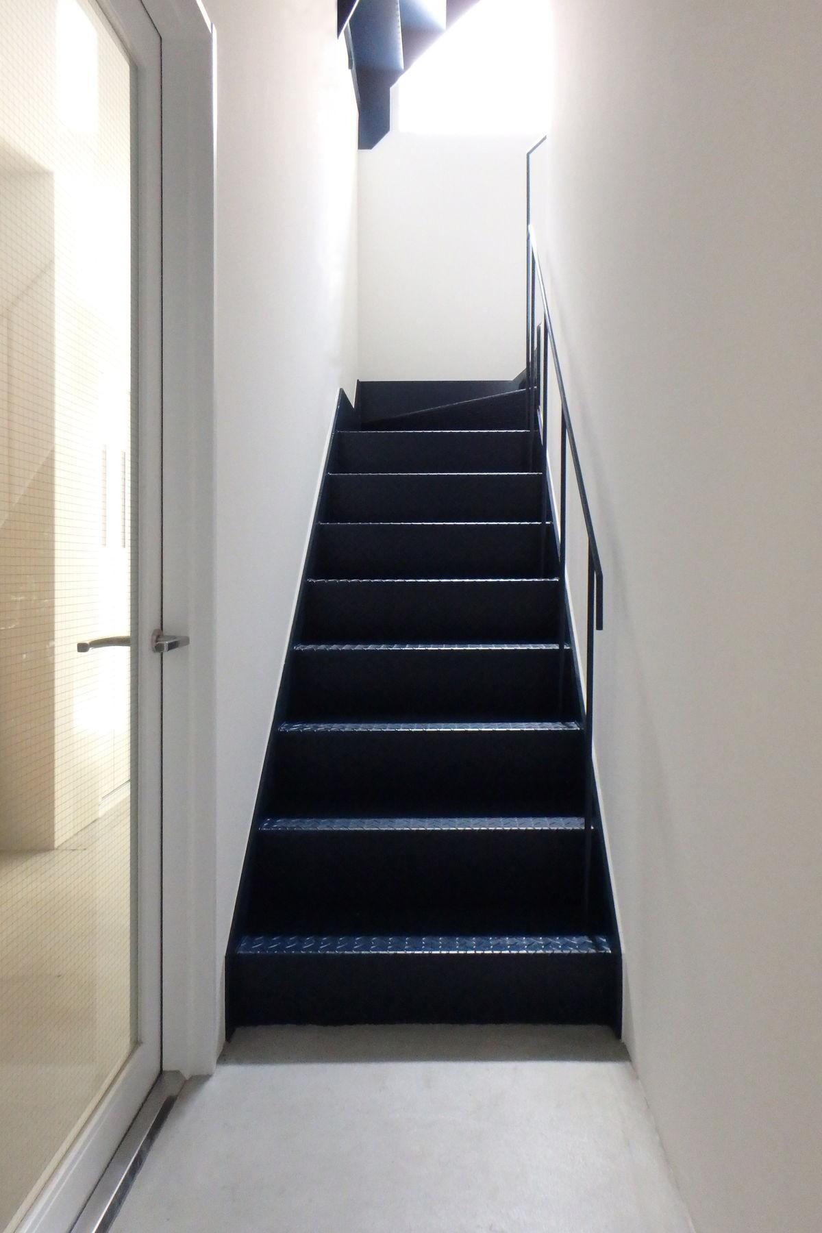 その他事例:1階階段(Kururi|倉庫・工場をコンバージョンしたゲストハウス・シェアハウス【奈良市】)