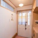 室内にも明り取り窓を付けて明るく!戸建てリフォームの写真 玄関