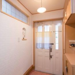 室内にも明り取り窓を付けて明るく!戸建てリフォーム (玄関)