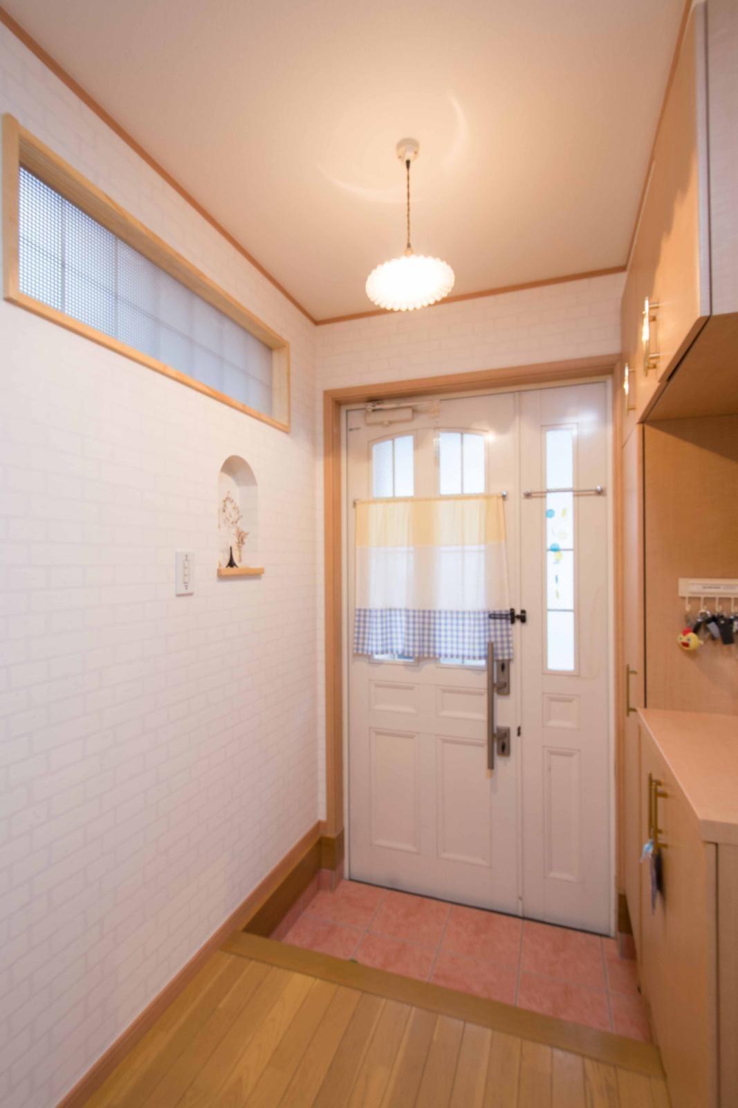 玄関事例:玄関(室内にも明り取り窓を付けて明るく!戸建てリフォーム)