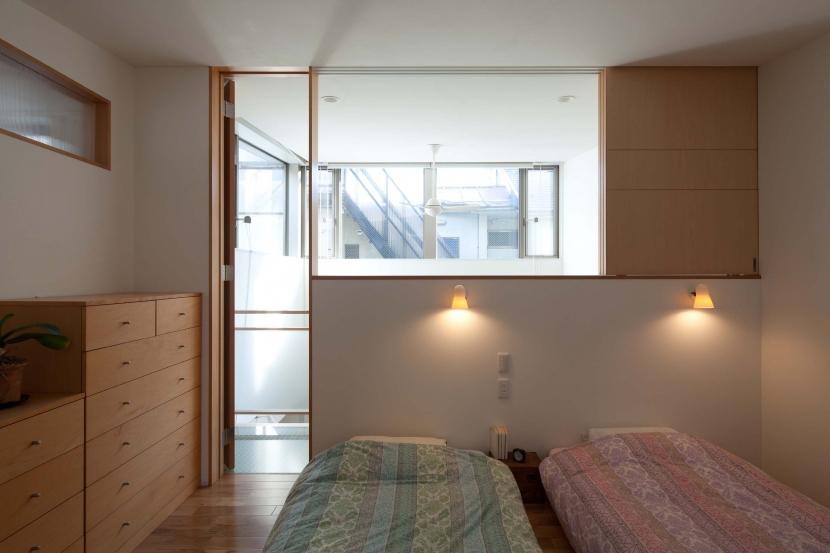 善福寺の2世帯住宅/Yoさんの家 (吹き抜けに面する寝室)