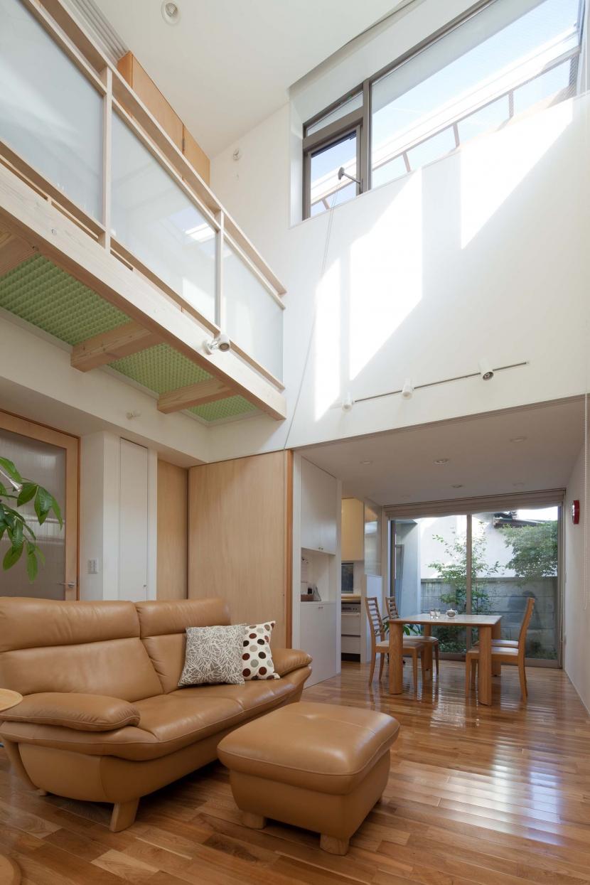 善福寺の2世帯住宅/Yoさんの家の部屋 ハイサイドライトのあるリビング
