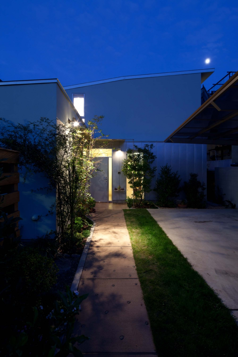 善福寺の2世帯住宅/Yoさんの家の部屋 道路側西面外観(夜景)