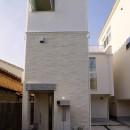 天然木羽目板とモザイクタイル貼りの、狭小住宅 東京の写真 おしゃれな外観
