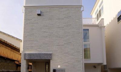 天然木羽目板とモザイクタイル貼りの、狭小住宅 東京