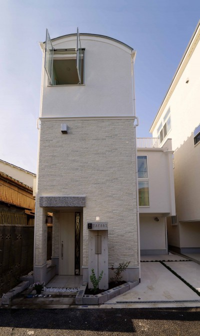 おしゃれな外観 (天然木羽目板とモザイクタイル貼りの、狭小住宅 東京)