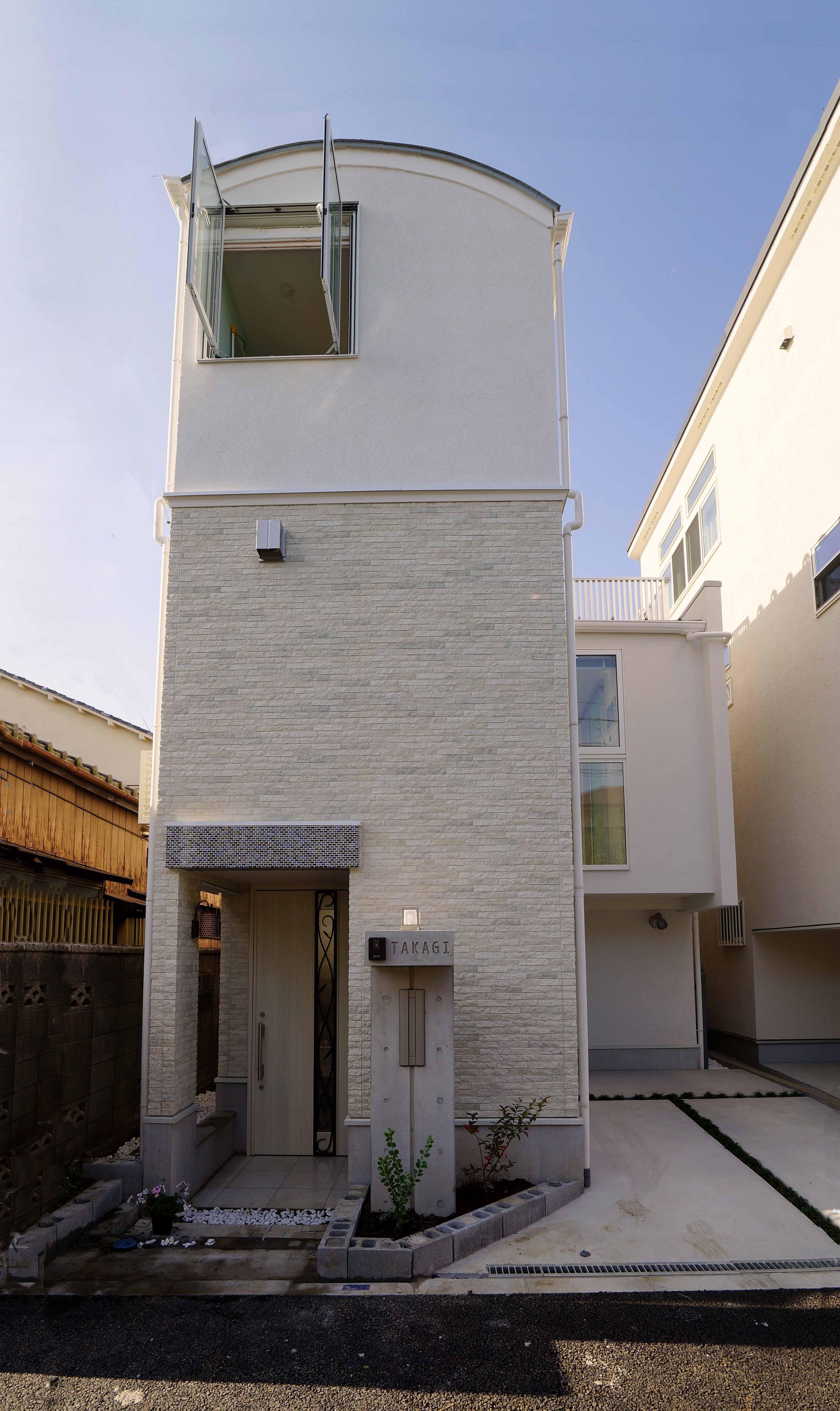 アウトドア事例:おしゃれな外観(天然木羽目板とモザイクタイル貼りの、狭小住宅 東京)