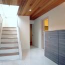 天然木羽目板とモザイクタイル貼りの、狭小住宅 東京の写真 天然木羽目板の天井、セラミックタイルの床