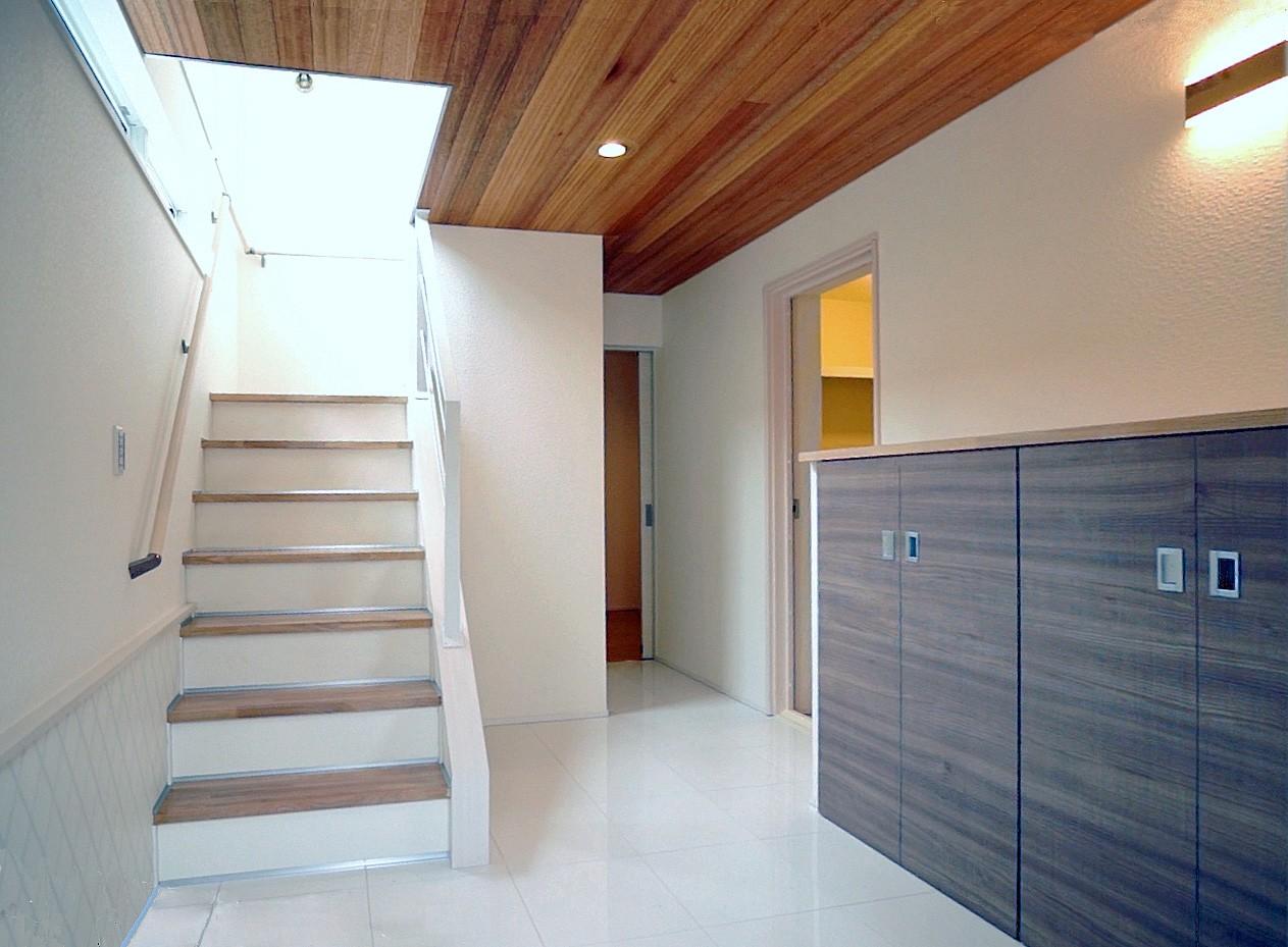 玄関事例:天然木羽目板の天井、セラミックタイルの床(天然木羽目板とモザイクタイル貼りの、狭小住宅 東京)