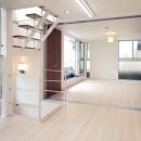 天然木羽目板とモザイクタイル貼りの、狭小住宅 東京の写真 20帖のリビング