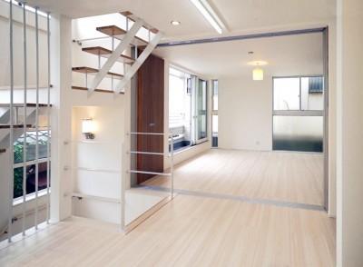 天然木羽目板とモザイクタイル貼りの、狭小住宅 東京 (20帖のリビング)