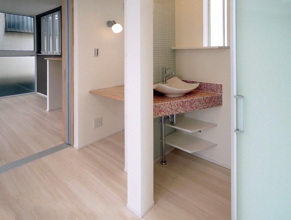 天然木羽目板とモザイクタイル貼りの、狭小住宅 東京 (手づくりの洗面台)