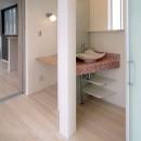 天然木羽目板とモザイクタイル貼りの、狭小住宅 東京の写真 手づくりの洗面台