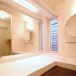 天然木羽目板とモザイクタイル貼りの、狭小住宅 東京 (フルオーダーの人造大理石カウンター)