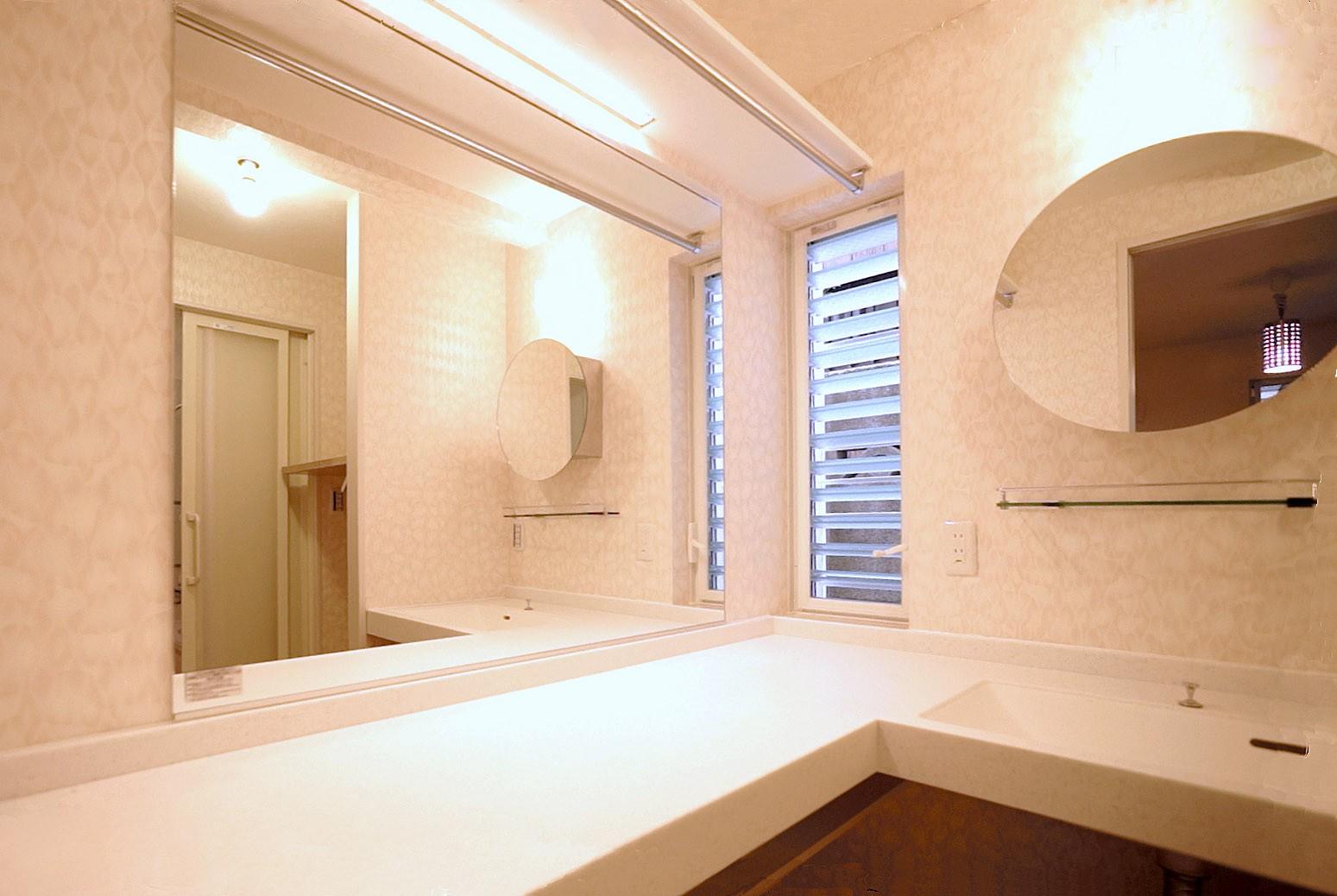 その他事例:フルオーダーの人造大理石カウンター(天然木羽目板とモザイクタイル貼りの、狭小住宅 東京)