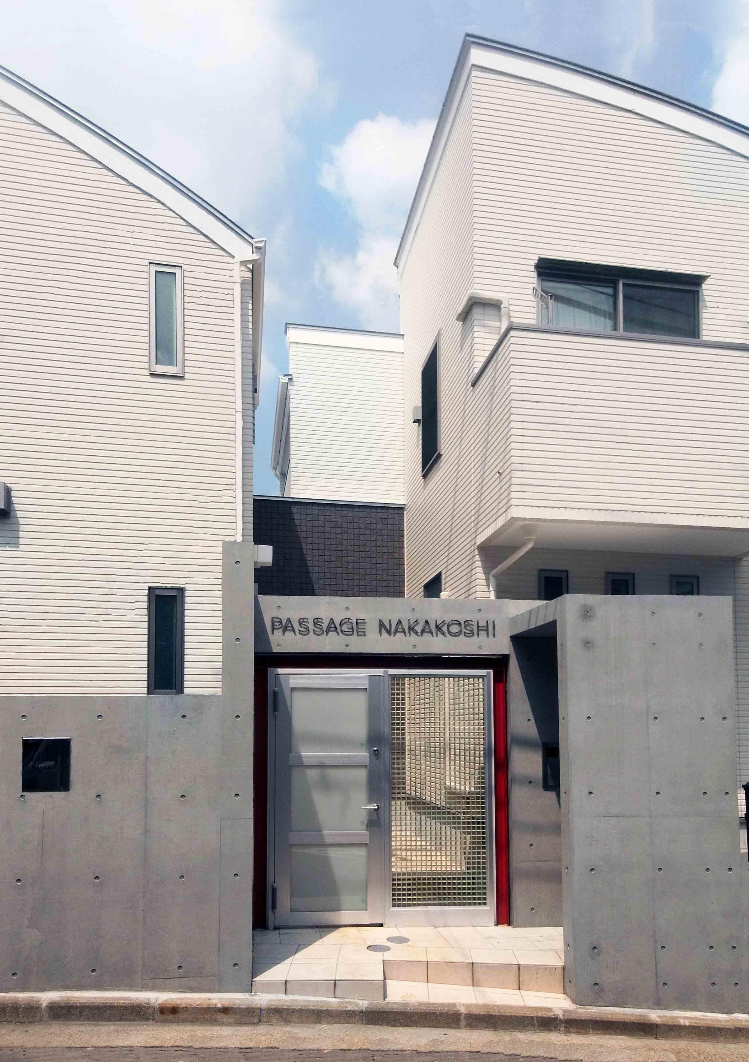 アウトドア事例:デザイナーアパートのオートロック付きエントランス(老朽化したアパート建替え。デザイナーズで土地有効活用)