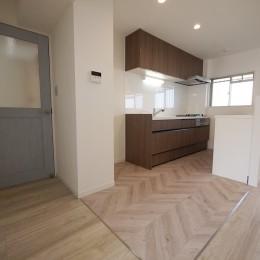 フレンチヘリンボーン柄の床 (キッチン)