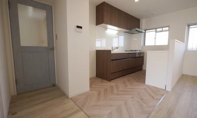 キッチン|フレンチヘリンボーン柄の床