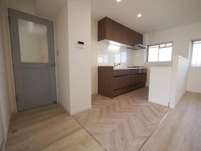 キッチン (フレンチヘリンボーン柄の床)