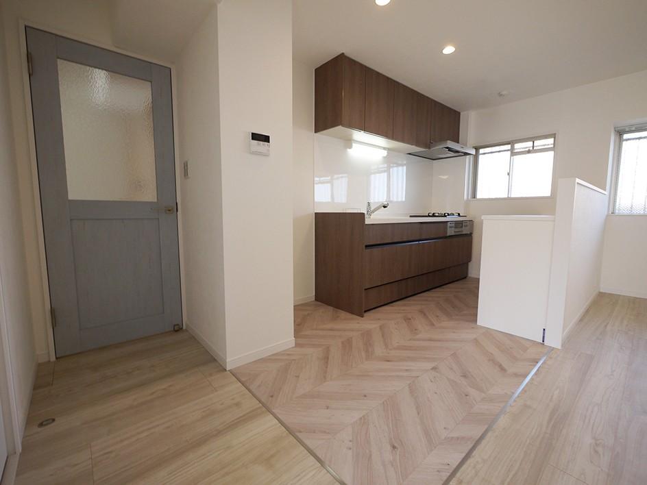 キッチン事例:キッチン(フレンチヘリンボーン柄の床)