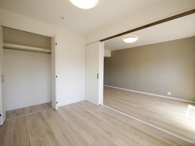 洋室 (フレンチヘリンボーン柄の床)