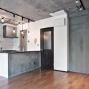 壁・天井もキッチンカウンターもモルタル仕上げの無骨でラフなマンションリノベーションの写真 リビングダイニング