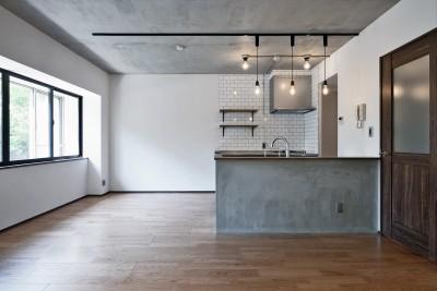 壁・天井もキッチンカウンターもモルタル仕上げの無骨でラフなマンションリノベーション (リビングダイニング)