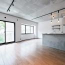 壁・天井もキッチンカウンターもモルタル仕上げの無骨でラフなマンションリノベーションの写真 リビング・掃きだし窓