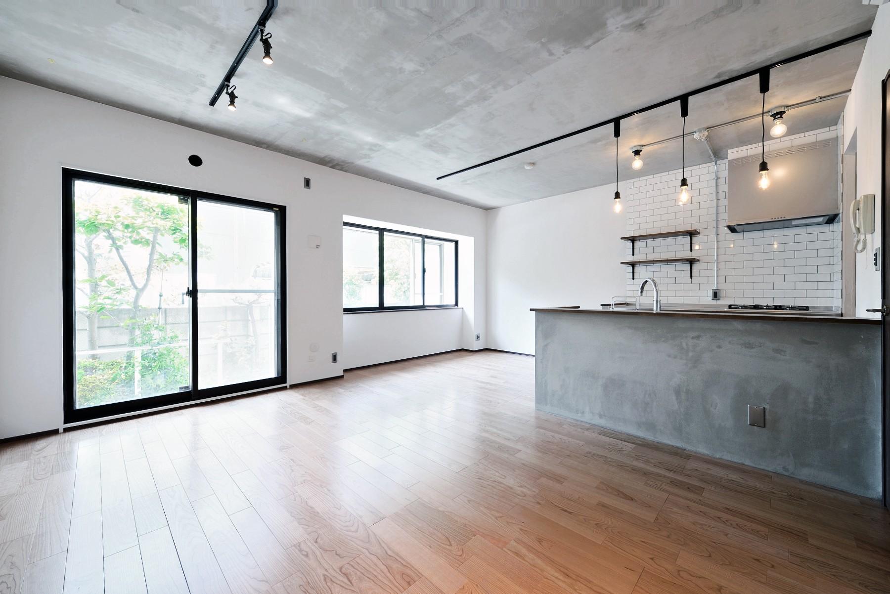 リビングダイニング事例:リビング・掃きだし窓(壁・天井もキッチンカウンターもモルタル仕上げの無骨でラフなマンションリノベーション)