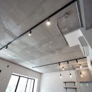 壁・天井もキッチンカウンターもモルタル仕上げの無骨でラフなマンションリノベーションの写真 モルタル仕上げの天井