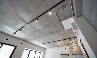 壁・天井もキッチンカウンターもモルタル仕上げの無骨でラフなマンションリノベーション (モルタル仕上げの天井)