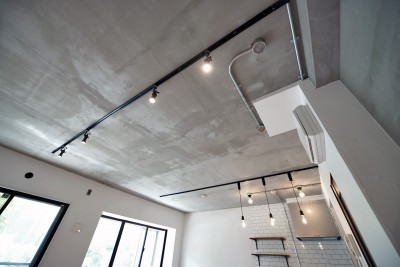 モルタル仕上げの天井 (壁・天井もキッチンカウンターもモルタル仕上げの無骨でラフなマンションリノベーション)