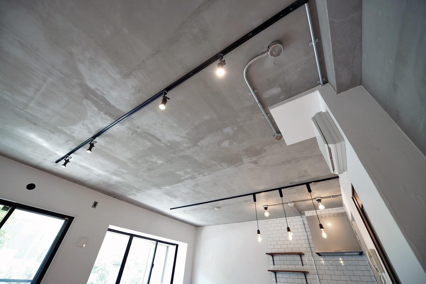 リビングダイニング事例:モルタル仕上げの天井(壁・天井もキッチンカウンターもモルタル仕上げの無骨でラフなマンションリノベーション)