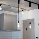 壁・天井もキッチンカウンターもモルタル仕上げの無骨でラフなマンションリノベーションの写真 キッチン照明